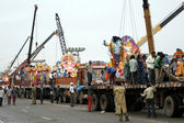 People use crane to lift Lord Ganesha idol for the traditional immersion — Stock Photo