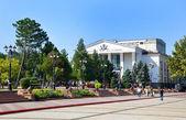 レーニン広場、劇場、ケルチ上を歩く — ストック写真