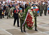 горожане, курсантов и ветеранов возложить цветы у памятника победы — Стоковое фото