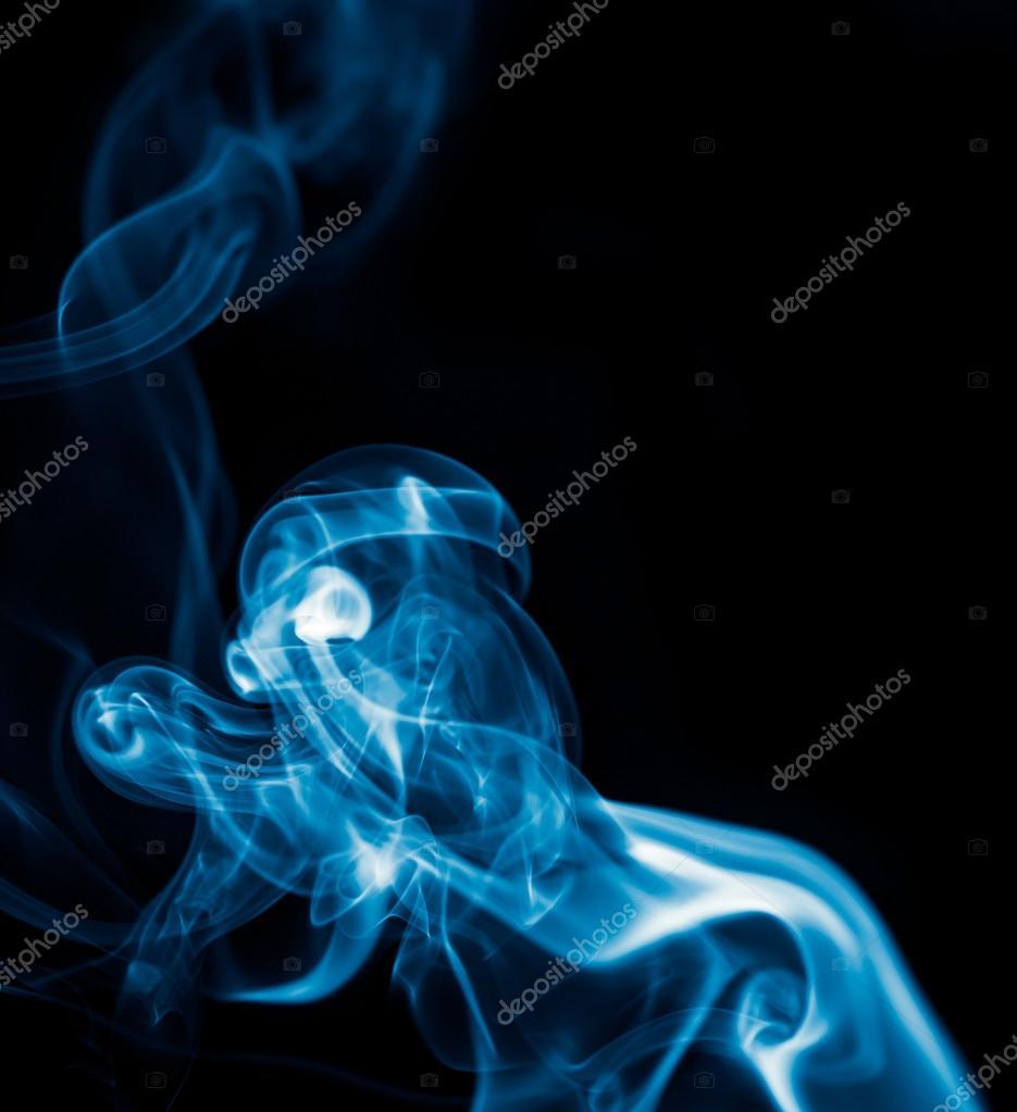 蓝烟黑色背景上– 图库图片