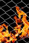 Feuer in einem Metallgitter — Stockfoto
