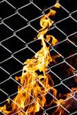 Incendio in una griglia metallica — Foto Stock
