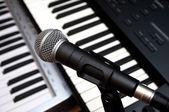 麦克风和钢琴键盘 — 图库照片