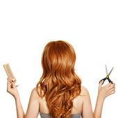 美丽卷曲的头发和发型师 — 图库照片