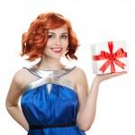 νεαρή γυναίκα ευτυχισμένη με ένα δώρο. απομονωθεί σε λευκό — Φωτογραφία Αρχείου