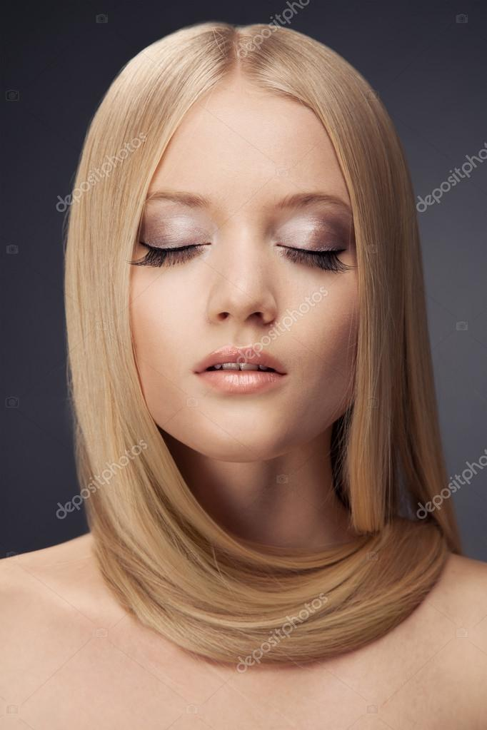 Fashion Blond Girl. Beautiful Makeup and Healthy Hair — Stock Photo #15799279