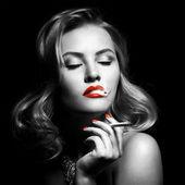Retro retrato de mujer hermosa con cigarrillo — Foto de Stock
