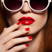 Güzel bir kadın ile parlak bir makyaj ve güneş gözlüğü — Stok fotoğraf