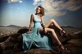 Porträtt av mode kvinna i blå klänning utomhus — Stockfoto