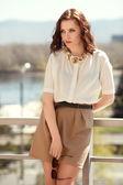 Hezká žena v letních šatech venku — Stock fotografie