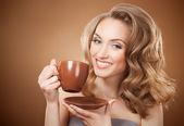 Stylová žena s aromatickou kávu v rukou — Stock fotografie