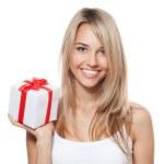 mladá šťastná žena s dárkem — Stock fotografie
