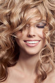 Beautiful Smiling Woman. Healthy Long Curly Hair — Stock Photo