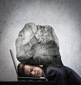 Affärsman krossas av ett stenblock — Stockfoto