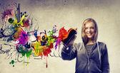 ξανθό κορίτσι, κάνοντας ένα γκράφιτι — Φωτογραφία Αρχείου