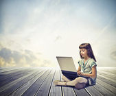 Dítě pomocí počítače — Stock fotografie