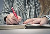 Jeune fille écrivant — Photo