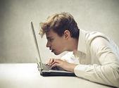 Jongen zich te concentreren op het scherm van een laptopcomputer — Stockfoto