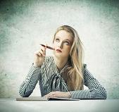 Blond skönhet tänkande — Stockfoto