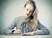 Piękna blondynka pisania — Zdjęcie stockowe