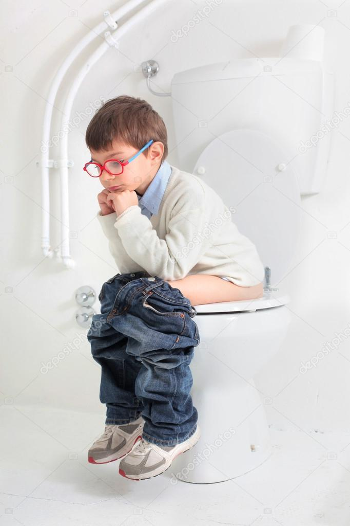 Child on the toilet — Stock Photo #16625343