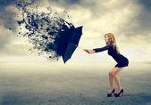 Frau und einen regenschirm — Stockfoto