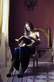Kobieta czytająca — Zdjęcie stockowe