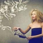 mujer sosteniendo un ánfora — Foto de Stock