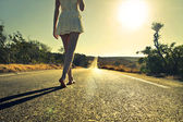 Femme marchant dans la rue — Photo