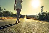 Kvinnan promenader på gatan — Stockfoto