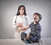 Médecin faisant et injection — Photo