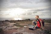 年轻女子用她的笔记本电脑 — 图库照片