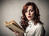 Femme tenant un livre — Photo