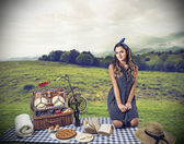 Young woman having a pic nic — Stock Photo