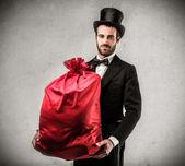 Przystojny mężczyzna trzyma prezent — Zdjęcie stockowe