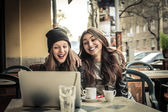 Young women looking at a laptop — Stock Photo