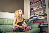 Young woman playing the eletric guitar — Stock Photo