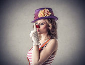 Giovane donna vestita come un clown — Foto Stock
