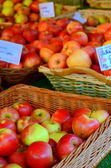 Shiny Apples At A Market Stall — Stock Photo