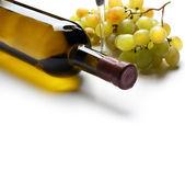 Botella de vino y uva como telón de fondo — Foto de Stock