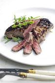 Grilovaný biftek nakládané v dijonské hořčice s rukolou — Stock fotografie