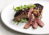 Bife grelhado em conserva na mostarda de dijon com ruccola — Foto Stock