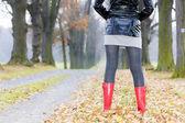 Detalle de mujer con goma botas — Foto de Stock