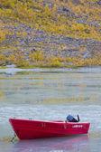 река и лодка сцена во время осеннего сезона — Стоковое фото