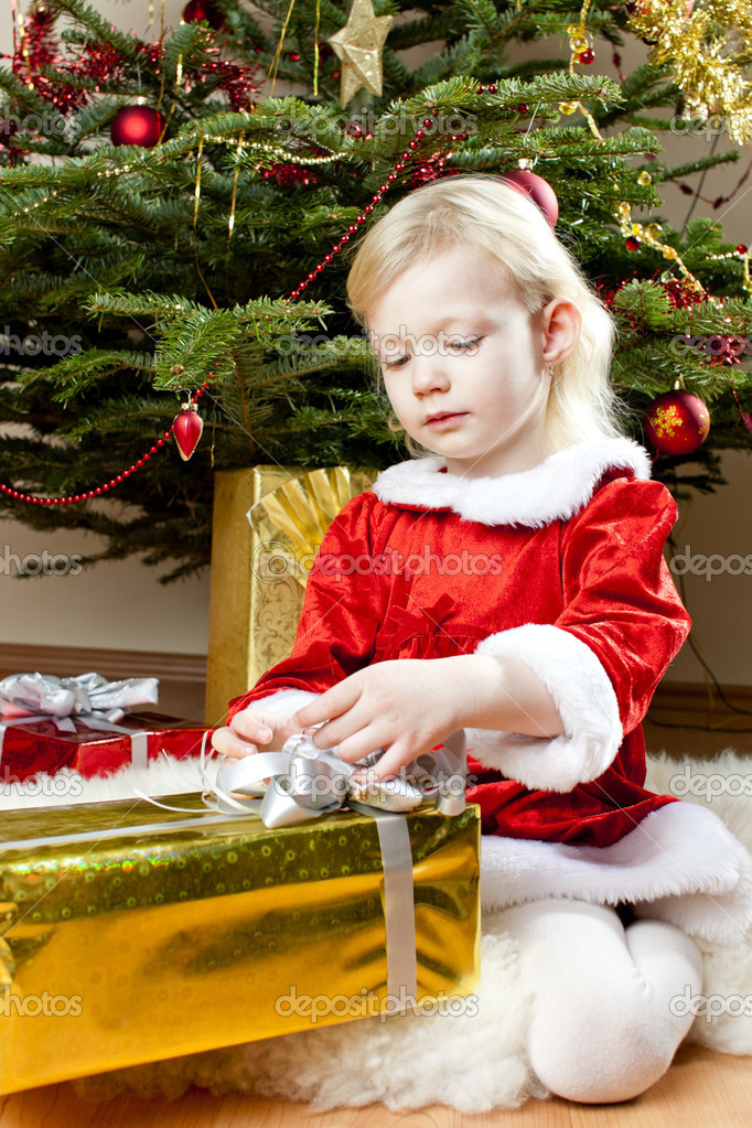 Little girl as Santa Claus with Christmas presents — Stock fotografie #14120144