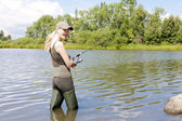 Kadın gölde balıkçılık — Stok fotoğraf