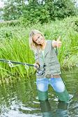 Kobieta, łowienie ryb w stawie — Zdjęcie stockowe