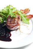 Bistecca alla griglia in pancetta con salsa di vino rosso e ginepro — Foto Stock