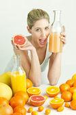 柑橘系の果物、オレンジ ジュースを持つ若い女性の肖像画 — ストック写真