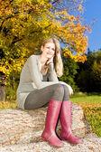 Femme assise dans la nature automnale — Photo